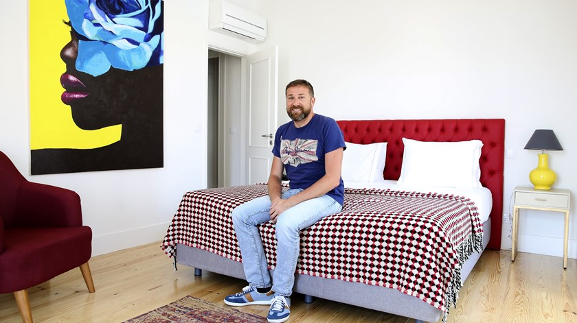 Alexandre Testagrossa num dos seus alojamentos. Foto: Joana Bourgard/RR