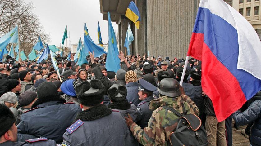 A anexação ocorreu em 2014. Alguns manifestantes pró e contra a Rússia vieram para a rua. Foto: EPA