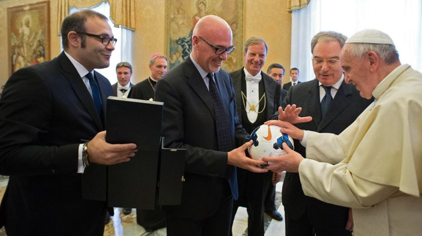 Conhecido adepto de futebol, nesta fotografia de arquivo Francisco recebe uma bola das mãos do presidente da Liga italiana. Foto: Ansa/Osservatore Romano/EPA