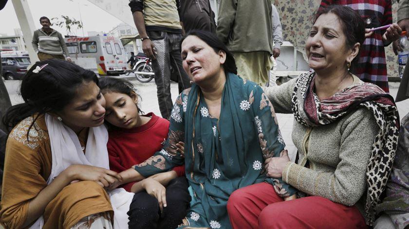 Vítimas de mais um atentado em Lahore, no Paquistão. Foto: Rahat Dar/EPA