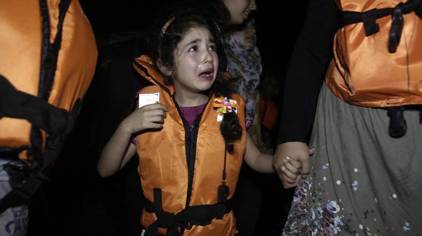 Uma criança síria chora à chegada à Ilha grega de Kos. Foto: Yannis Kolosidis/EPA