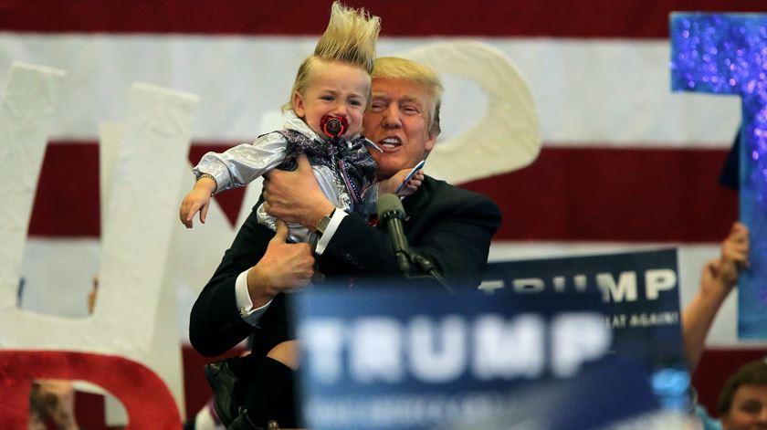 Trump com um bebé de 20 meses, numa acção de campanha no Louisiana. Foto: Dan Anderson/EPA