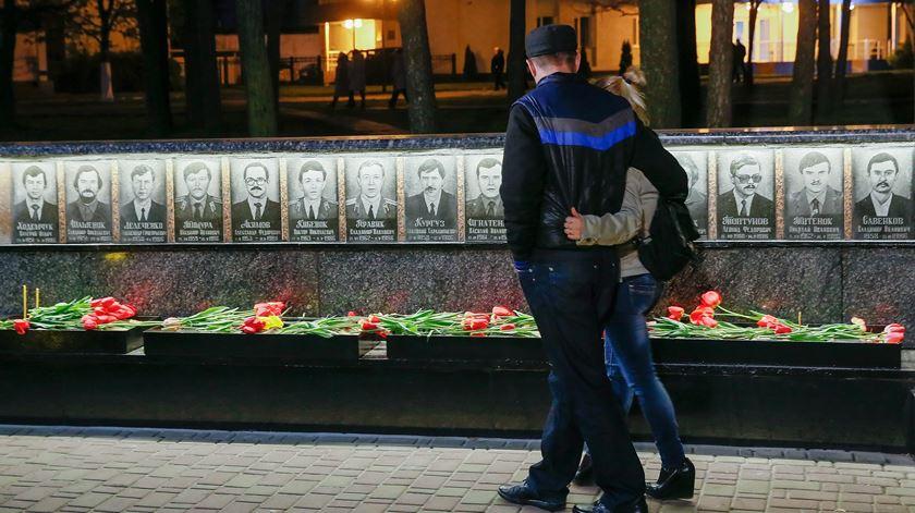 Homenagem em Kiev às vítimas do desastre nuclear de Chernobyl. Foto: Sergey Dolzhenko/EPA