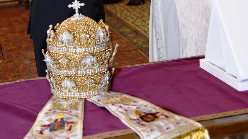 Tiara oferecida ao Papa Francisco. Foto: Claudio Onorati/EPA