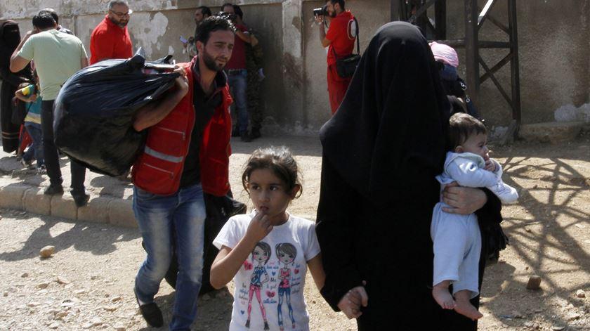 Civis como escudos humanos em Alepo. Foto: Youssef Badawi/ EPA