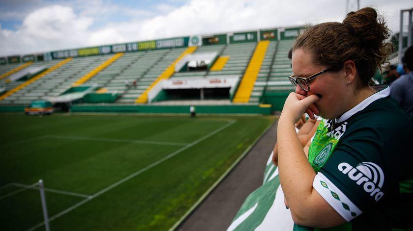 Adeptos da Chapecoense choram a morte dos seus jogadores. Foto: EPA