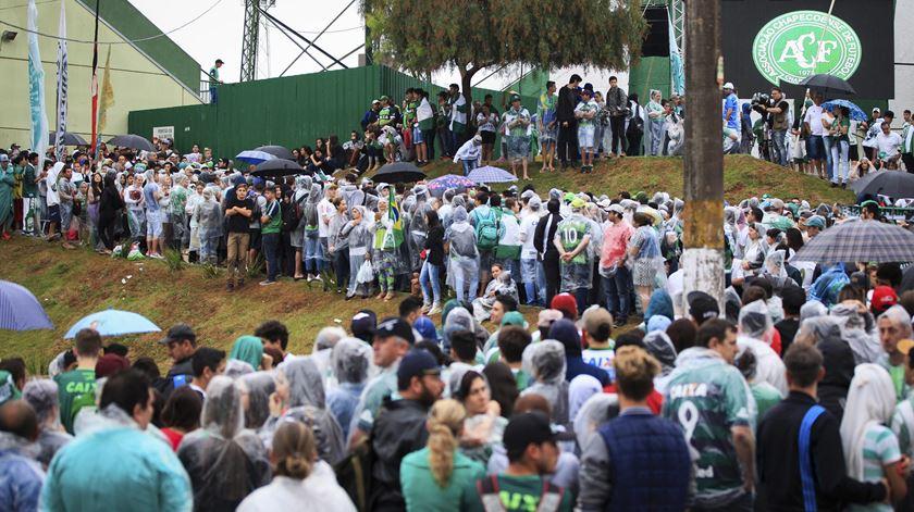 Adeptos do Chapecoense junto ao Estádio Arena Condá, em Chapecó, para as cerimónias fúnebres das vítimas do voo 2933. Foto: FERNANDO BIZERRA JR/EPA