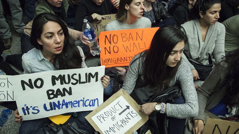 Manifestantes contra a proibição de entrada de muçulmanos no país. Foto: Peter da Silva/EPA