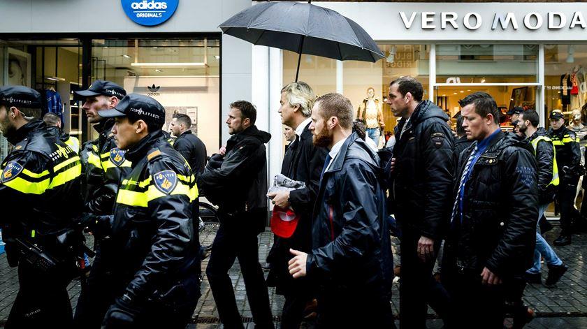 Wilders numa rara acção de rua, sob fortes medidas de segurança. Foto: Robin van Lonkhuijsen/EPA