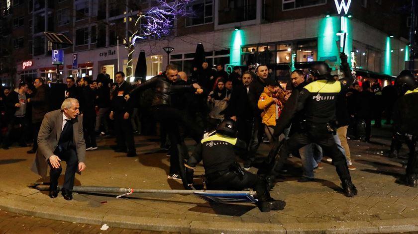 Confrontos entre apoiantes de Erdogan e a polícia em Roterdão. Foto: EPA