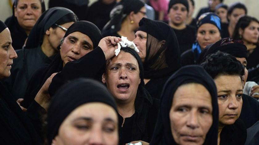 Familiares choram as vítimas do ataque. Foto: Mohamed Hossam/EPA