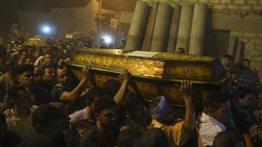 Funeral de cristãos coptas assassinados no Egito. Os cristãos continuam a ser os mais perseguidos. Foto: Mohamed Hossam/EPA