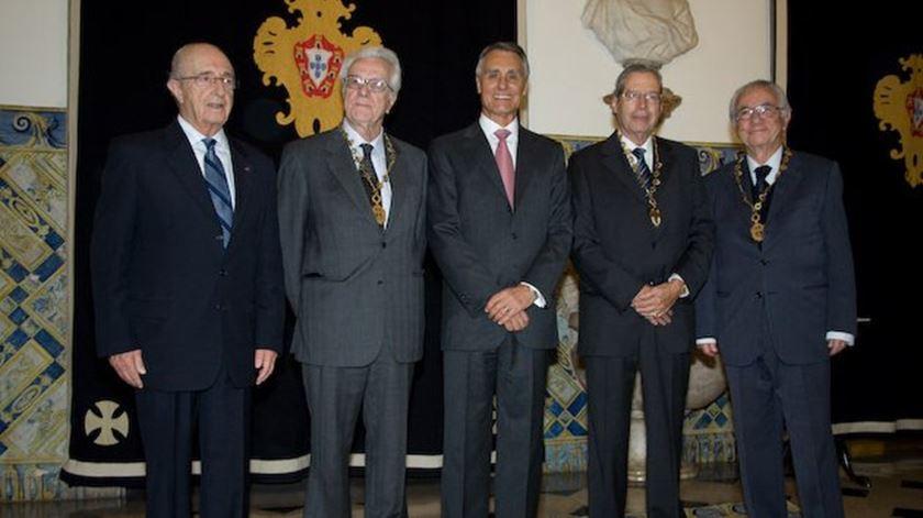 O padre Luís Archer e outros vultos da bioética, Daniel Serrão, Walter Osswald e Jorge Biscaia, com Cavaco Silva. Foto: DR