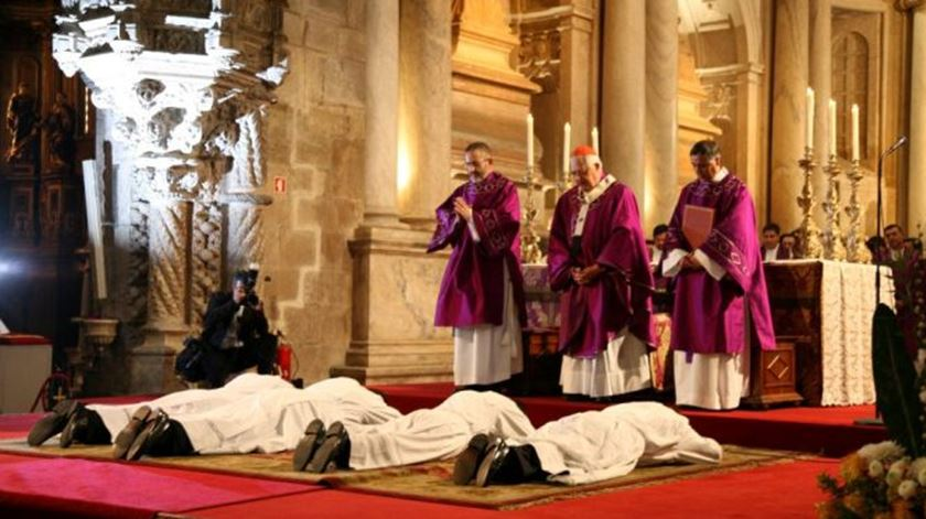 Uma ordenação diaconal. Actualmente apenas os homens podem receber esta ordem. Foto: DR