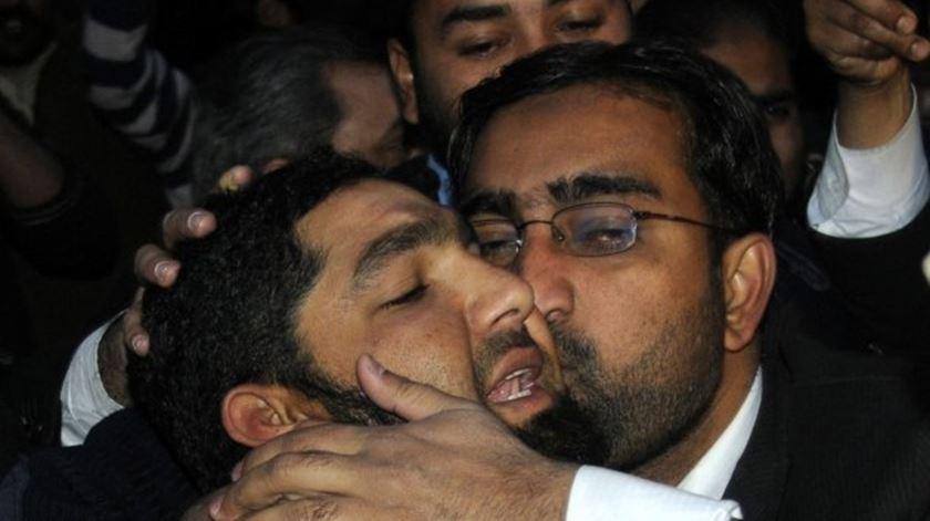 Mumtaz Qadri é beijado por um apoiante a caminho do tribunal, em 2011. Foto: EPA