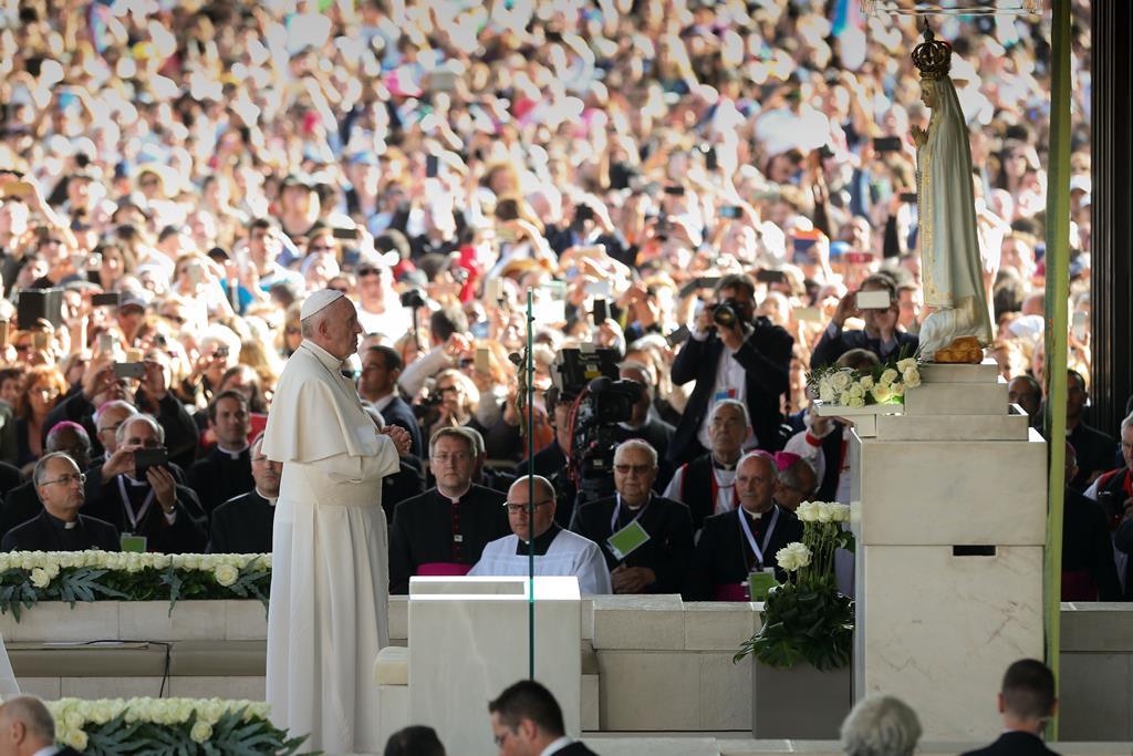 Papa Francisco em oração na capelinha das aparições em Fátima, no centenário das aparições, em maio de 2017. Foto: José Sena Goulão/Pool/Lusa