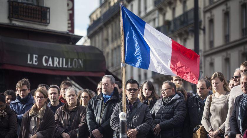 """Homenagem às vítimas em frente aos restaurane """"Le Carillon"""". Foto: Etienne Laurent/EPA"""