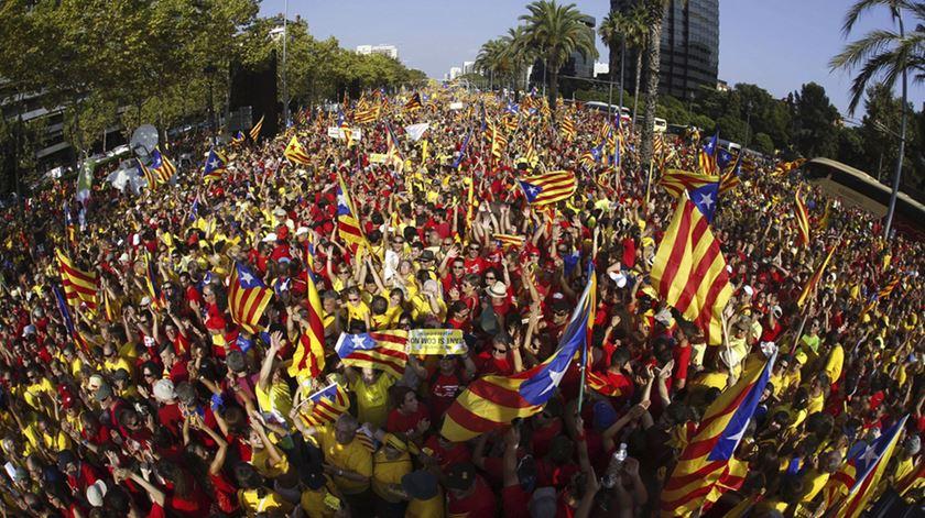 O dia nacional da Catalunha assinala-se a 11 de Setembro. Há um ano, as manifestações insistiram na exigância de um referendo. Foto: Alejandro Garcia/EPA