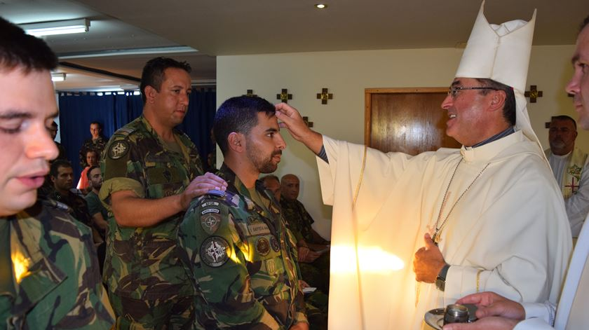 D. Manuel Linda quando visitou militares no Kosovo. Foto: DR