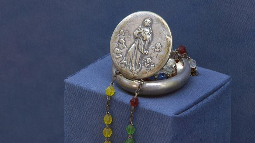 Caixa de prata com terço. Foto: Júlia Lourenço