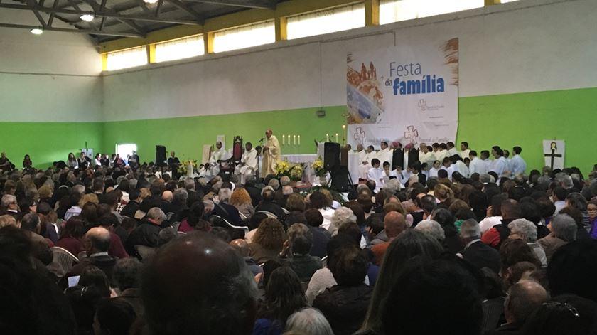 Centenas de jovens e famílias participaram na missa celebrada por D. Manuel Clemente. Foto: Maria João Costa/RR