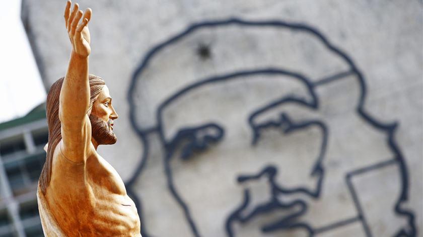 Estátua de Jesus Cristo e Ché Guevara em Cuba na visita do Papa Francisco. Foto: Tony Gentile/EPA