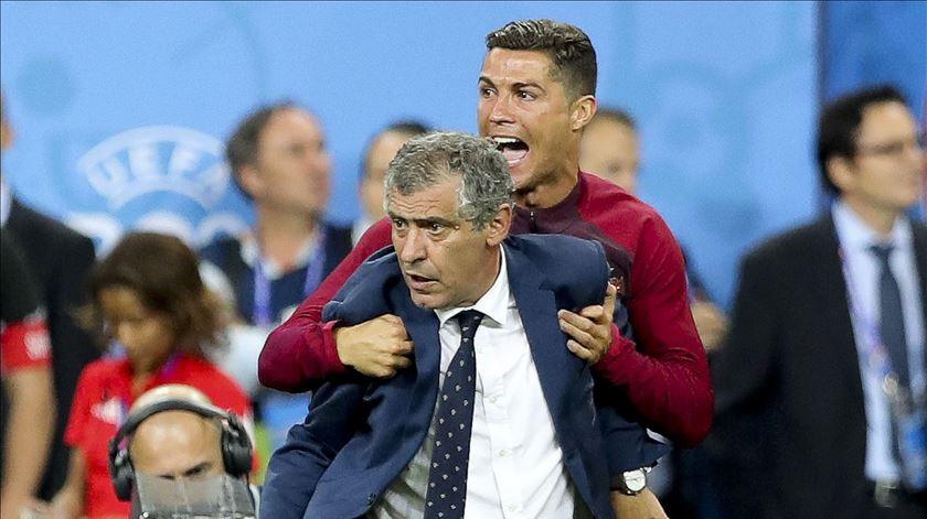Ronaldo destaca o seleccionador Fernando Santos e revela o que disse a Éder. Foto: EPA