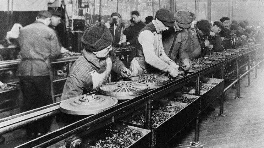 Linha de montagem numa fábrica de Henry Ford, em 1913. Treze anos depois, Ford aplicaria as 40 horas de trabalho semanais nas suas fábricas