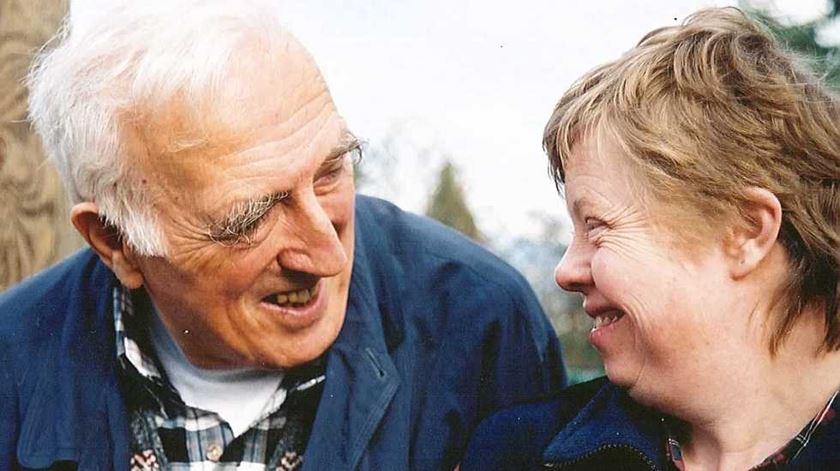 """Jean Vanier com uma residente da comunidade """"A Arca"""". Foto: L"""