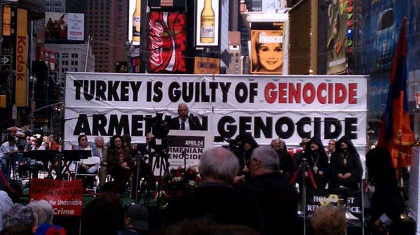 Membros da comunidade arménia na diáspora numa manifestação pelo reconhecimento do genocídio turco. Foto: DR