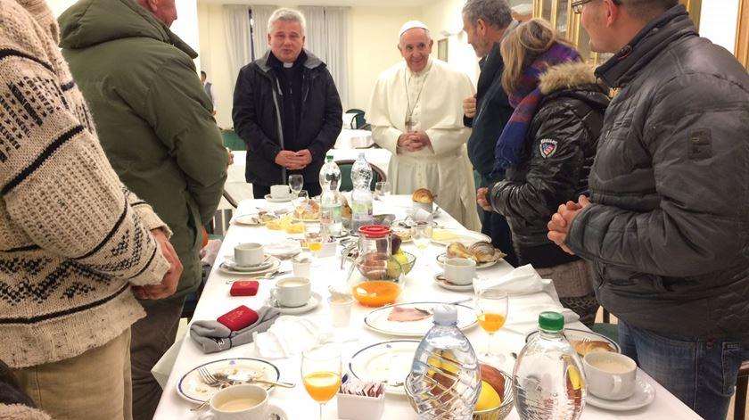 Depois de almoçar com refugiados e com sem-abrigo, o Papa vai comer com 1.500 pobres no Vaticano. Foto: DR