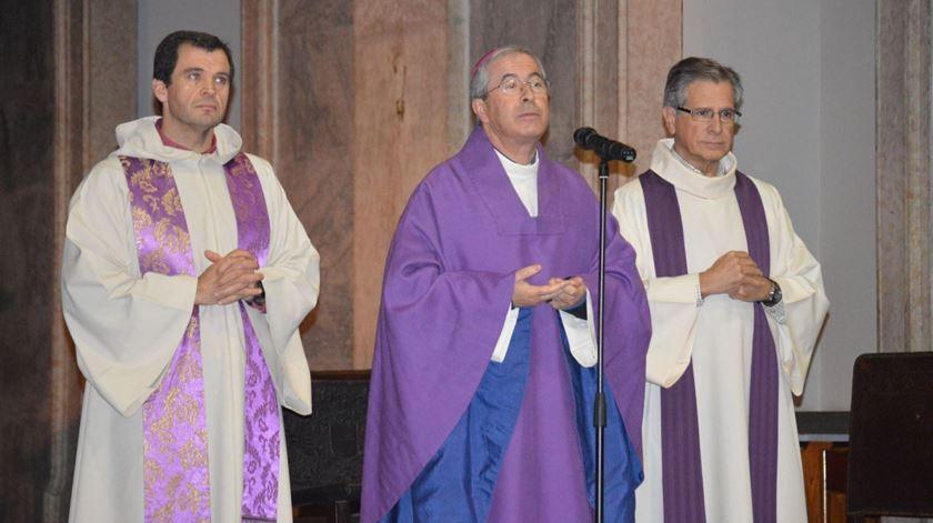 O padre José Manuel Pereira de Almeida, à direita nesta fotografia, junto com D. José Traquina e o padre Ismael Teixeira. Foto: Facebook