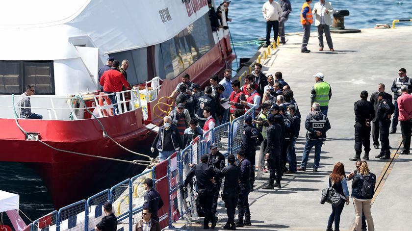 Lesbos tem sido o ponto de acolhimento para muitos dos refugiados que tentam chegar à Europa através do Mediterrâneo. Foto: Tolga Bozoglu/EPA