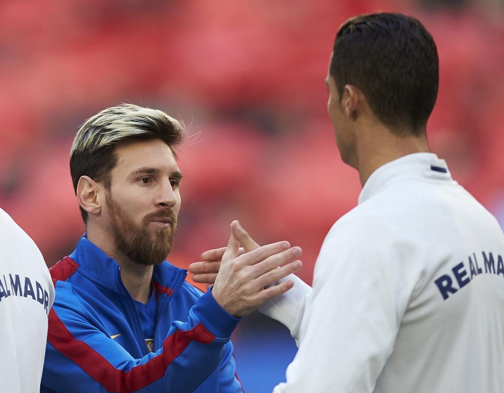 Messi e Cristiano Ronaldo, rivais, mas com fair-play. Foto: Alejandro Garcia EPA