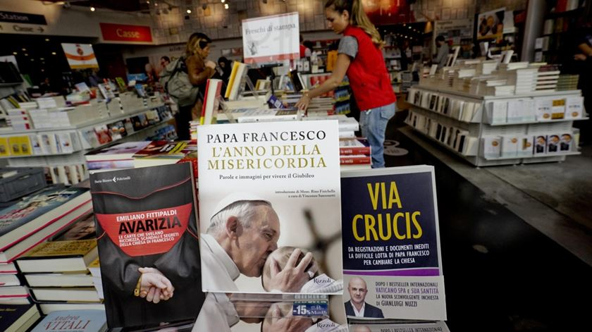"""Os livros da discórdia: """"Via Crucis"""", de Nuzzi, e """"Avarizia"""", de Fittipaldi. Foto: Ciro Fusco/EPA"""
