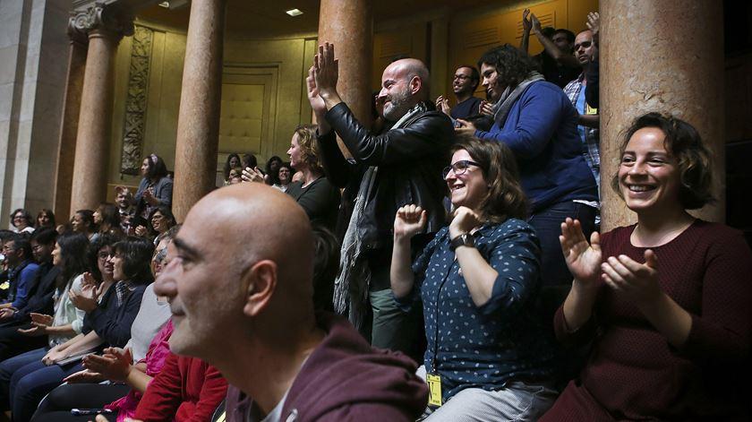 Aprovação de adopção por casais homossexuais foi celebrada nas galerias da AR. Foto: Mário Cruz/Lusa