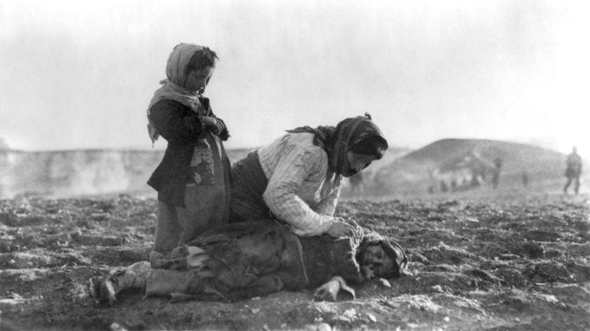 Imagem do genocídio dos arménios em 1915. Foto: Domínio Público