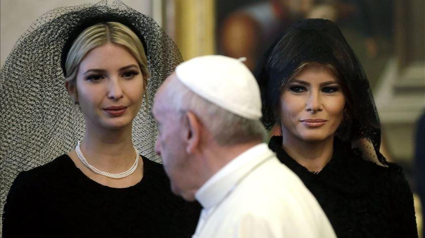 Melania e Ivanka Trump na audiência com o Papa Francisco. Foto: Alessandra Tarantino/EPA