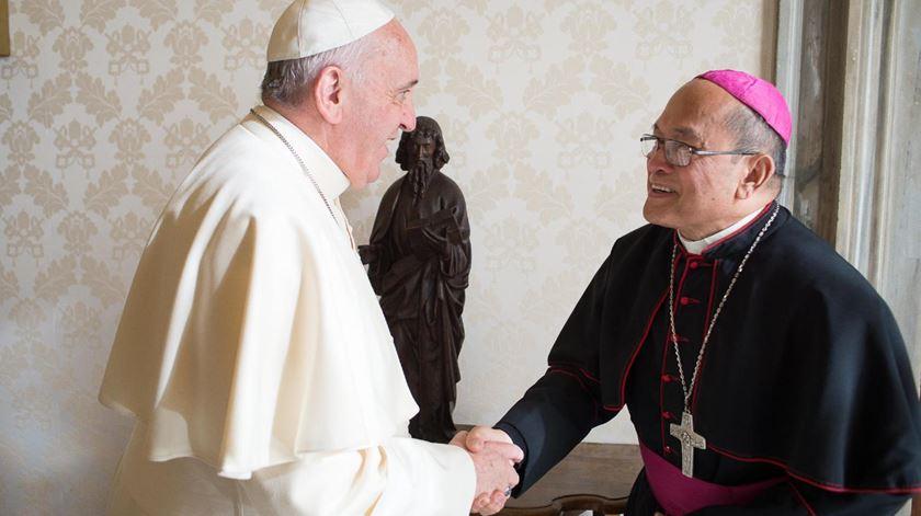 Uma fotografia de arquivo mostra o arcebispo Apuron a cumprimentar o Papa Francisco. Foto: DR