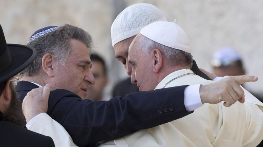 Francisco, aqui com um rabino e um imã argentinos, tem apostado no diálogo com outras religiões. Foto: Jim Hollander/EPA