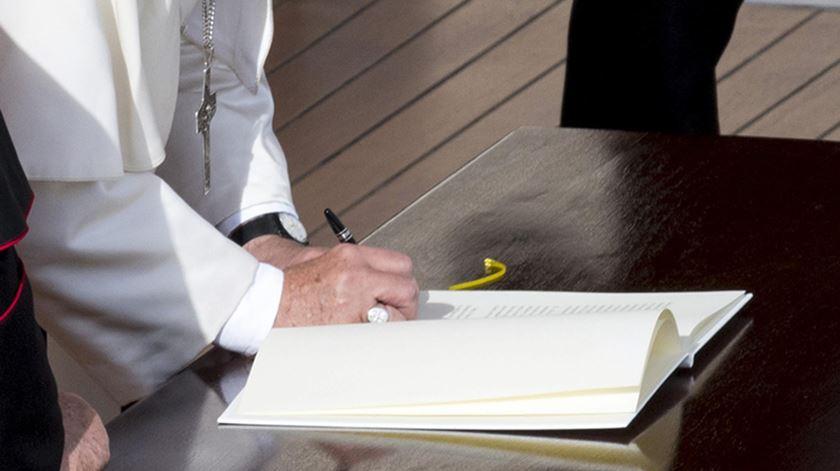 "O papa Francisco assina a carta apostólica ""Misericordia et Misera"". Foto: Maurizio Brambatti/EPA"