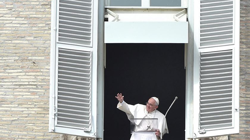 Católicos não devem fiar-se nos astros, avisa Papa Francisco. Foto: Ettore Ferrar/EPA