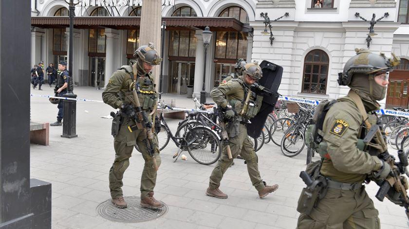 Polícia em estado de alerta em Estocolmo, depois de atentado. Foto: Jessica Gow/EPA