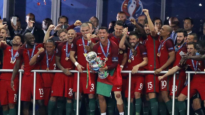 Os campeões europeus levantaram a taça da consagração. Foto: uefa.com