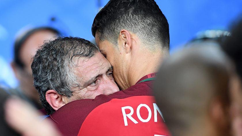 Dois ícones eternos: Fernando Santos e Cristiano Ronaldo. Foto: EPA