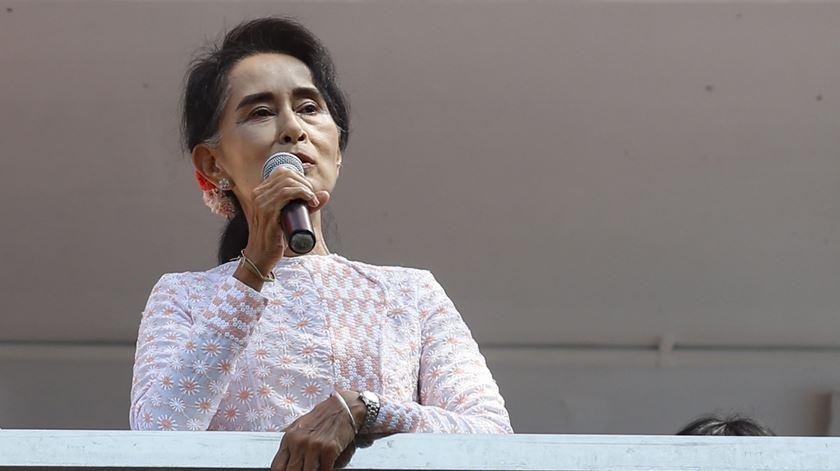 Suu Kyi mostra-se feliz, mas apela à calma. Foto: Lynn Bo Bo/EPA