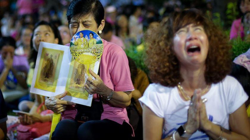 Tailandeses choram a morte do Rei Bhumibol. Foto: Diego Azubel/EPA