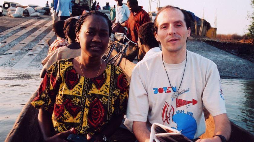 O padre Tony Neves, na Guiné, em 1998. Foto: Tony Neves